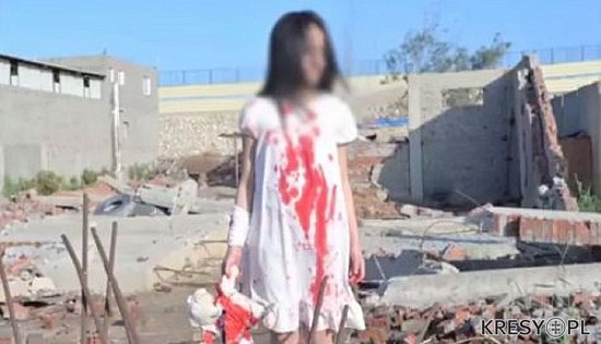 """Kadr z jednego z tzw. """"nagrań z Aleppo"""", który przedstawia dziewczynkę w sukience z czerwonymi plamami, wyglądającymi jak krew, na tle ruin. W rzeczywistości nagranie to wykonano na terenie wyburzanego osiedla w Port Said w Egipcie, a jego autorów aresztowała egipska policja. Fot.: www.kresy.pl"""